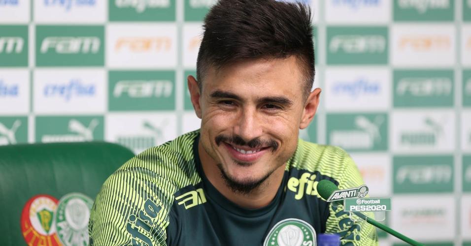 Willian sorri durante entrevista coletiva concedida na Academia de Futebol do Palmeiras