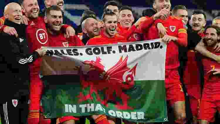 Gareth Bale comemora classificação do País de Gales para a Eurocopa, que foi adiada para 2021, com bandeira polêmica - Getty Images