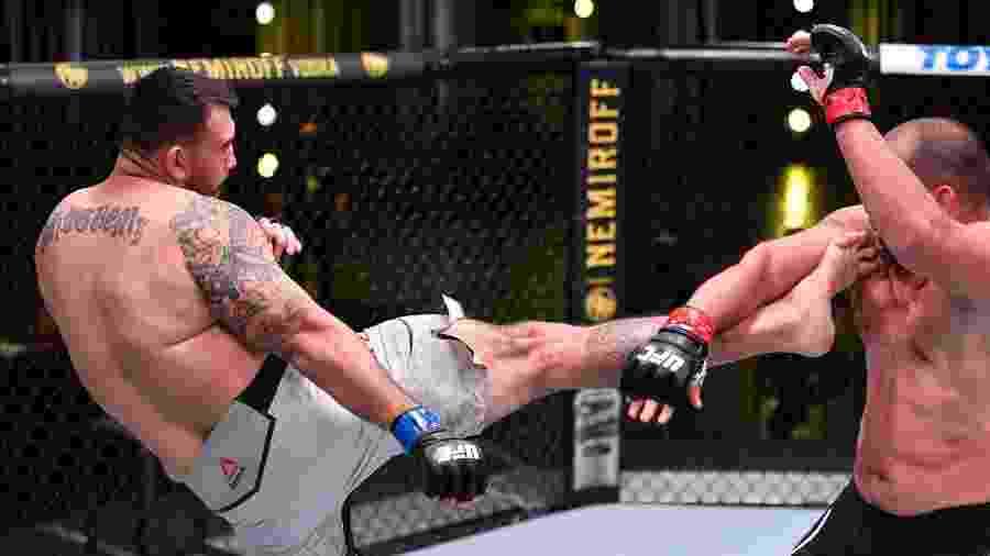 Augusto Sakai vence o veterano Blagoy Ivanov no UFC - Getty Images