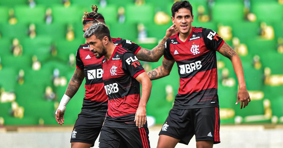 Pedro comemora seu gol com Gabigol e Arrascaeta na final do Carioca entre Fluminense e Flamengo