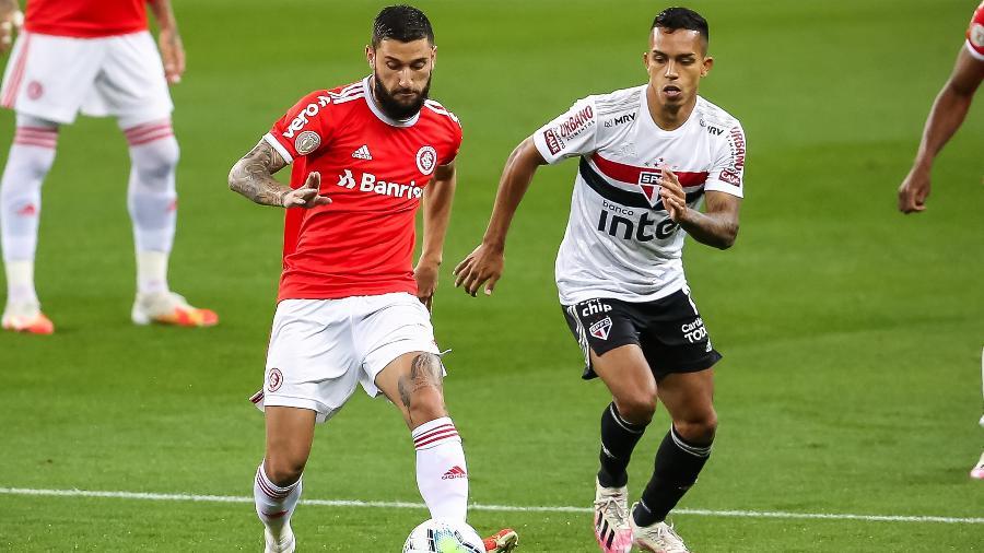 Boschilia, do Internacional, disputa lance com Igor Vinicius, do São Paulo, durante partida do primeiro turno - Pedro H. Tesch/AGIF