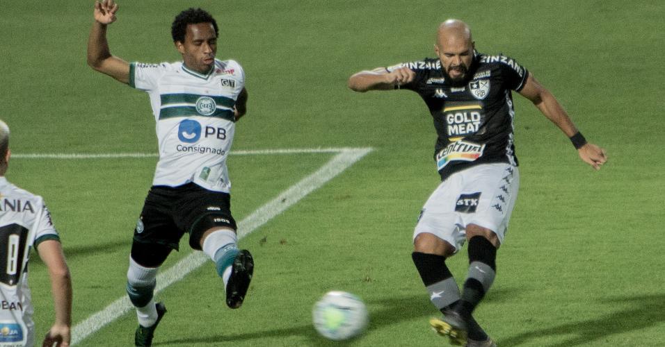 Matheus Sales e Weilson disputam bola em Coritiba x Botafogo, jogo do Brasileirão