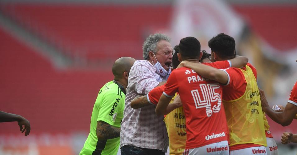 Abel Braga comemora o gol de Edenílson no Grenal pelo Brasileirão 2020