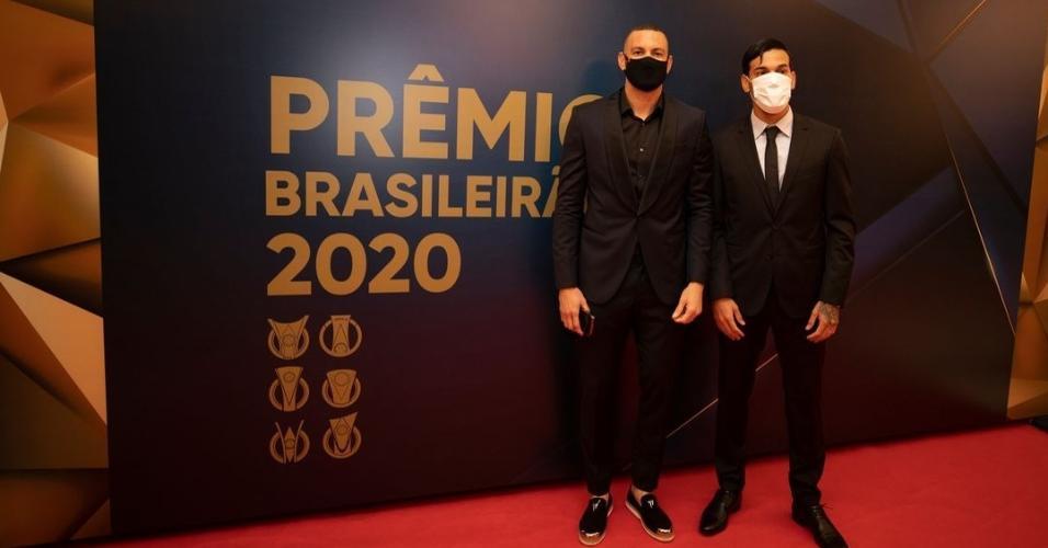 Gustavo Gómez e Weverton, do Palmeiras, na premiação do Brasileirão 2020