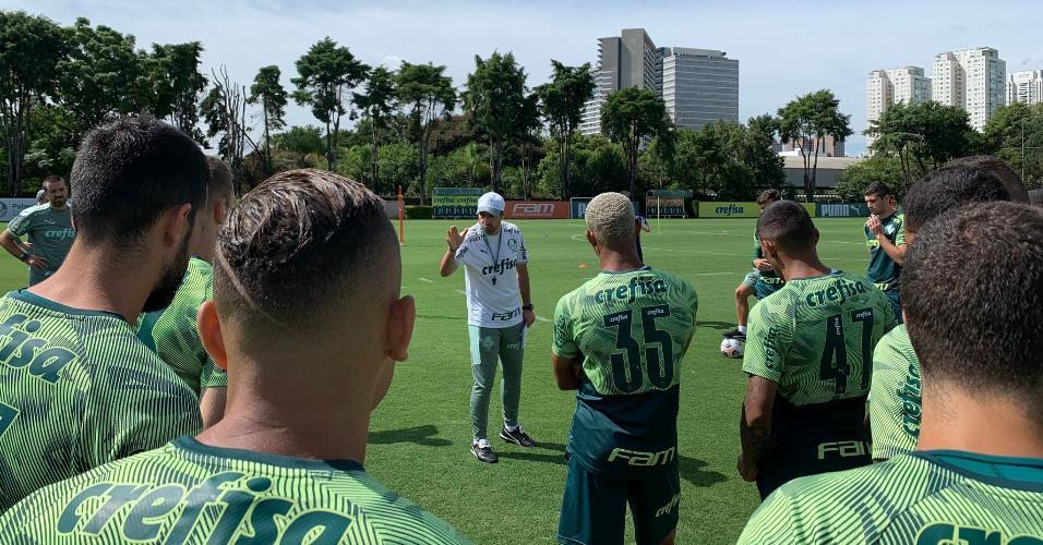 Abel Ferreira conversa com os jogadores antes do treino