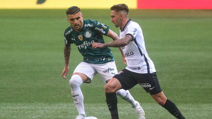 Victor Luis, do Palmeiras, marca Gustavo Moskito, do Corinthians, em duelo pelo Brasileiro - Marcello Zambrana/AGIF