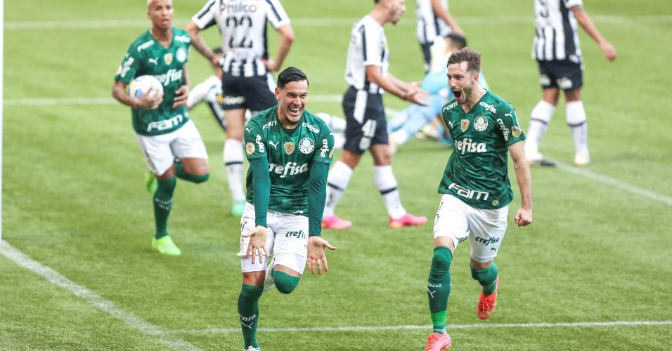 Após marcar de cabeça, zagueiro Gustavo Gómez celebra primeiro gol do Palmeiras no clássico com o Santos, no Allianz Parque, pelo Brasileirão 2021