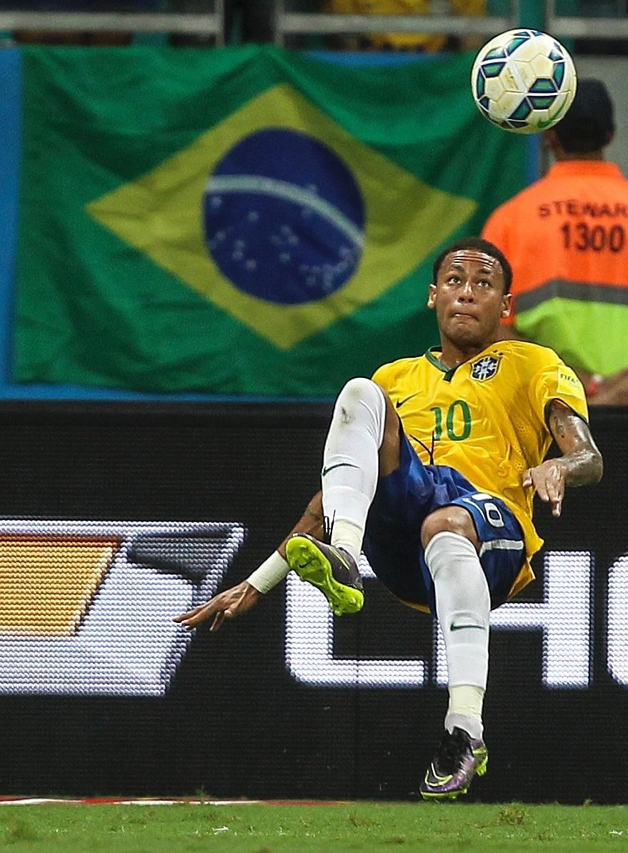 Neymar tenta jogada para o Brasil contra o Peru nas Eliminatórias