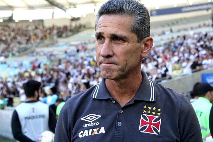 Técnico Jorginho observa a vitória do Vasco sobre o Botafogo