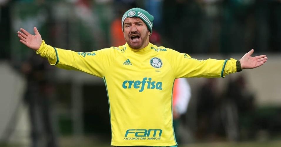 Cuquinha em ação como comandante do Palmeiras na primeira etapa do jogo contra o Fluminense