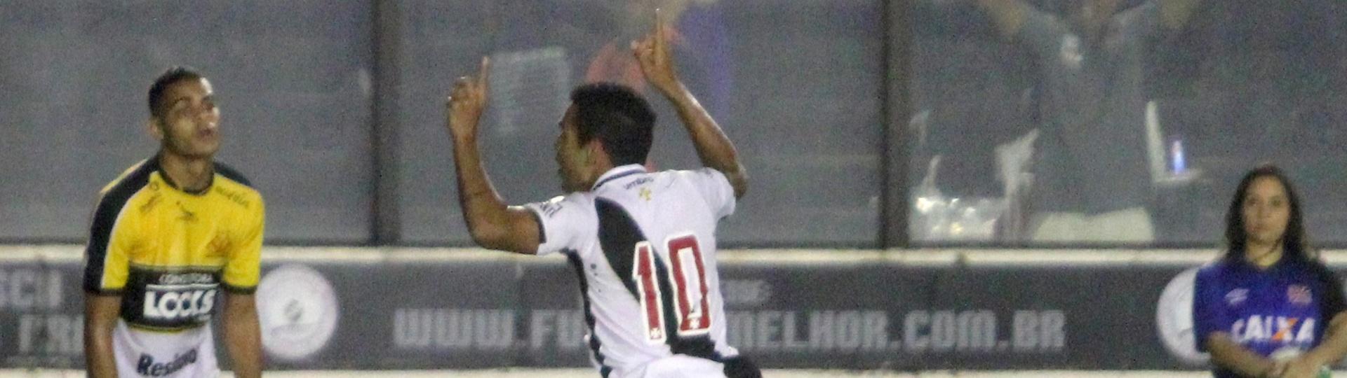 Éderson comemora gol para o Vasco em jogo diante do Criciúma