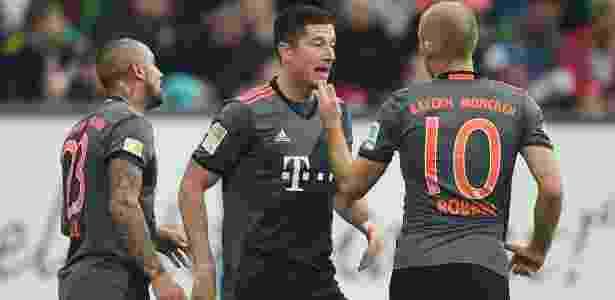 Lewandowski celebra um de seus gols com Robben - CHRISTOF STACHE/AFP