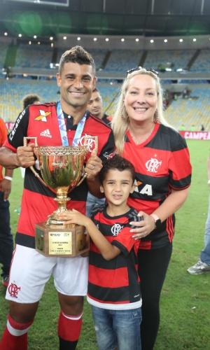 Ederson comemora o título carioca com a mulher Patrizia Pighini e o filho Alessandro