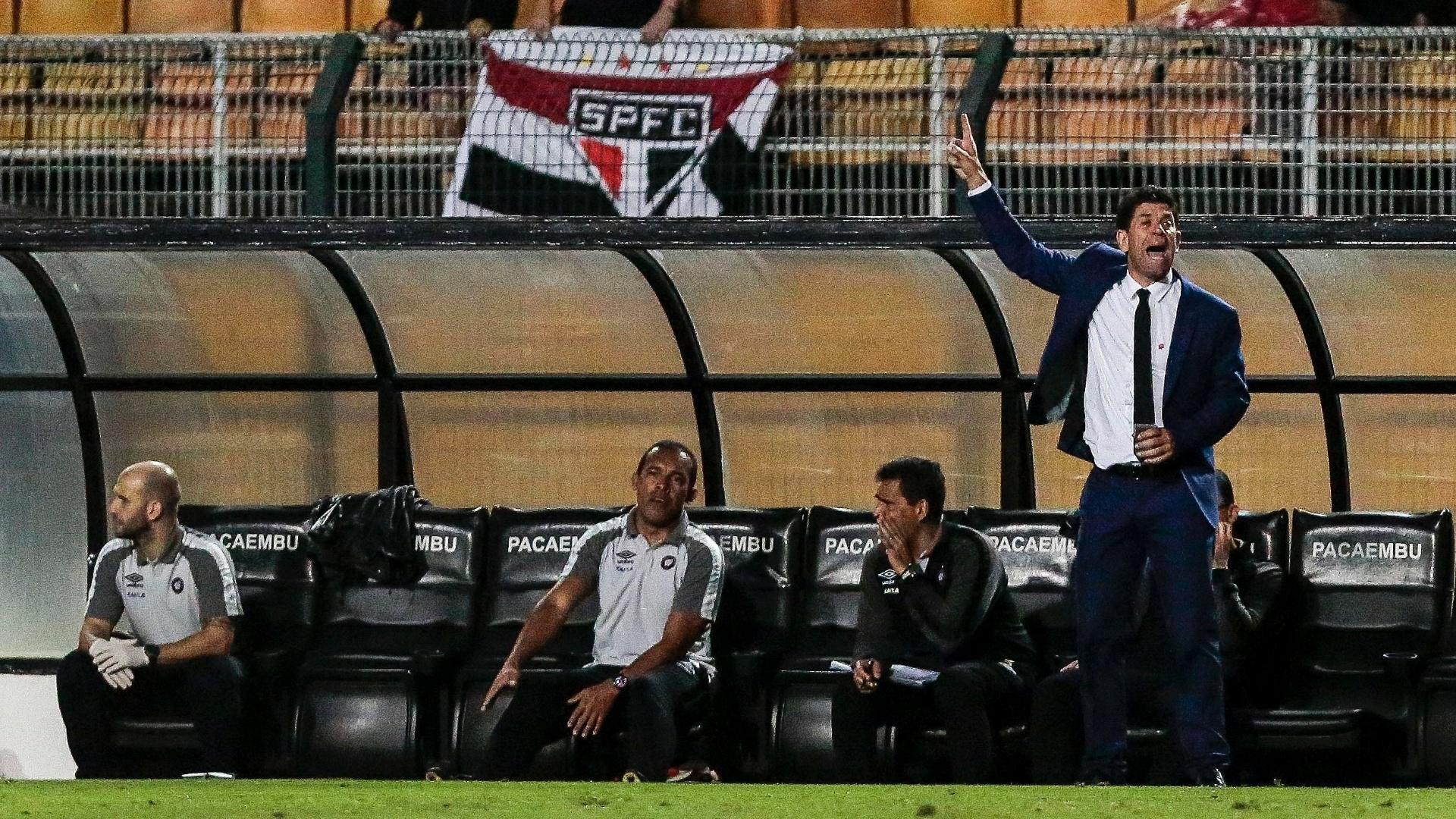 O técnico Fabiano Soares comanda o Atlético-PR contra o São Paulo