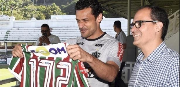 Fred recebe camisa do Flu das mãos do presidente Pedro Abad em novembro deste ano