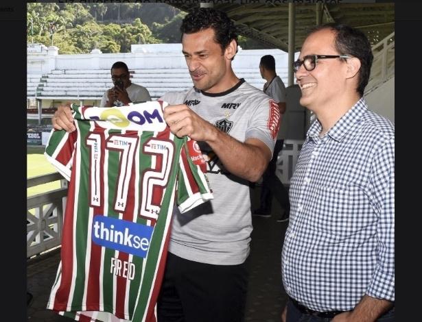 Fred recebeu uma camisa comemorativa das mãos do presidente