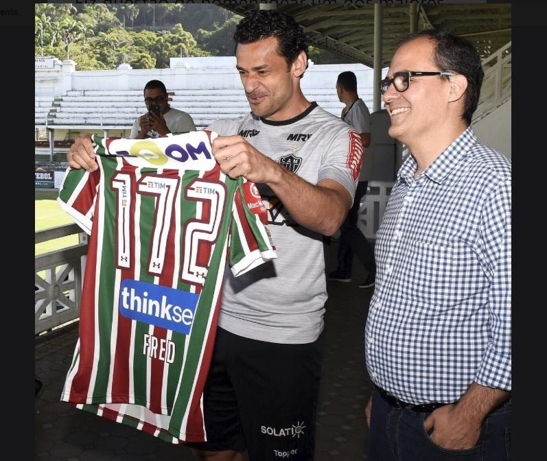 O atacante Fred recebe a camisa do Fluminense das mãos do presidente Pedro Abad