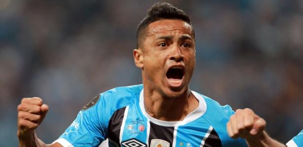 Cícero festeja gol do Grêmio contra o Lanús no jogo de ida da final da Libertadores
