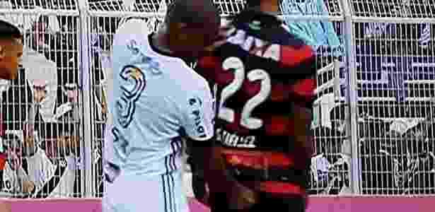 Rodrigo coloca o dedo entre as nádegas de Tréllez, atacante do Vitória - Premiere/Reprodução