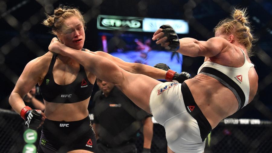 Holly Holm acerta chute no pescoço de Ronda Rousey - AFP PHOTO/Paul CROCK
