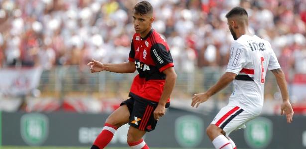 Pepe, do Flamengo, encara marcação de Liziero, do São Paulo