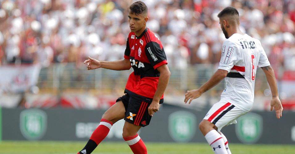 Pepe, do Flamengo, enfrenta a marcação de Lizieiro, do São Paulo, durante a final da Copinha