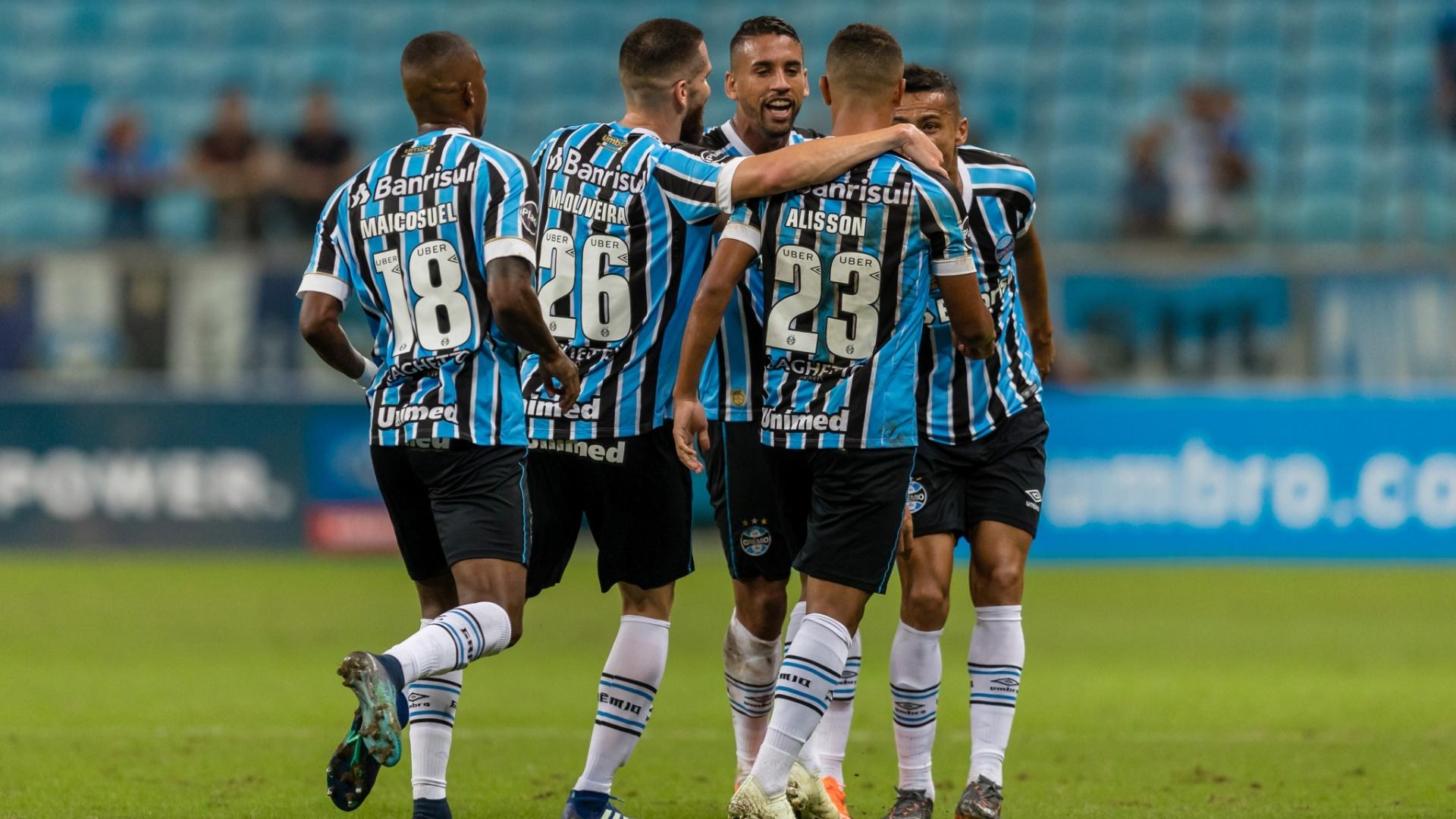 Jogadores do Grêmio comemoram gol contra o Goiás em jogo da Copa do Brasil