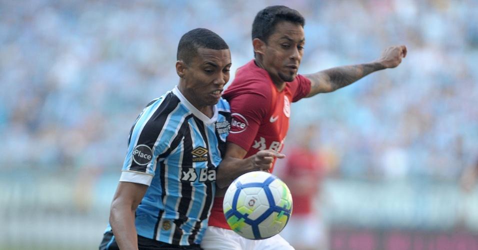 Madson, do Grêmio, e Lucca, do Inter, disputam bola em clássico do Campeonato Brasileiro