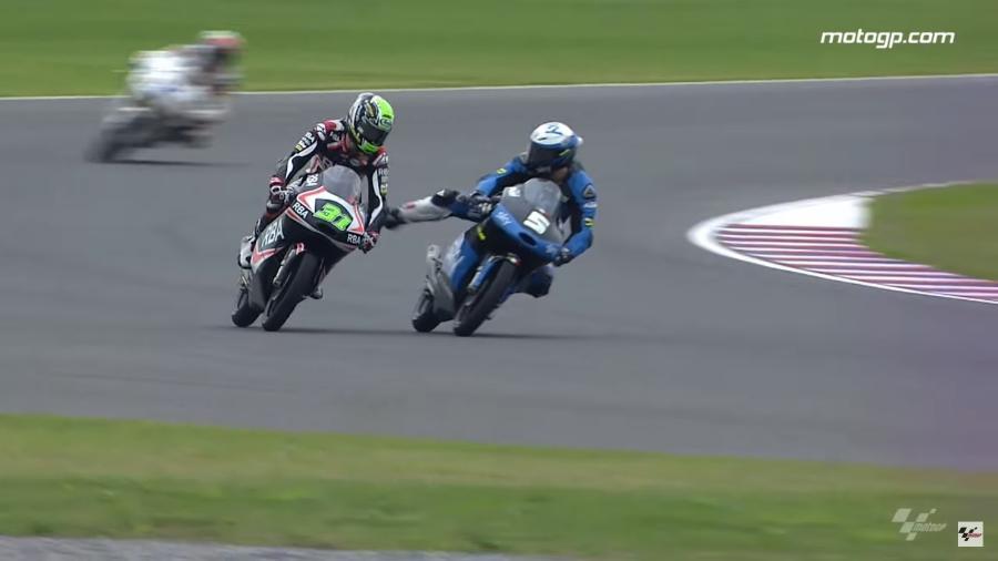 Romano Fenati chutou a moto de rival durante prova da Moto3, em 2015 - Reprodução