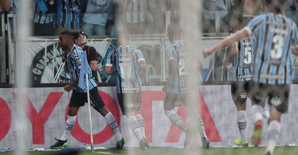 Jogadores do Grêmio comemoram gol de Léo Gomes contra o River Plate