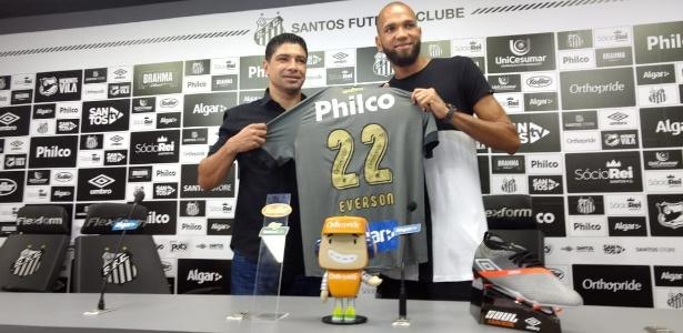 """Éverson, o """"""""LeBron da Vila"""""""", sendo apresentado como novo goleiro do Santos - Eder Traskini/UOL Esporte"""