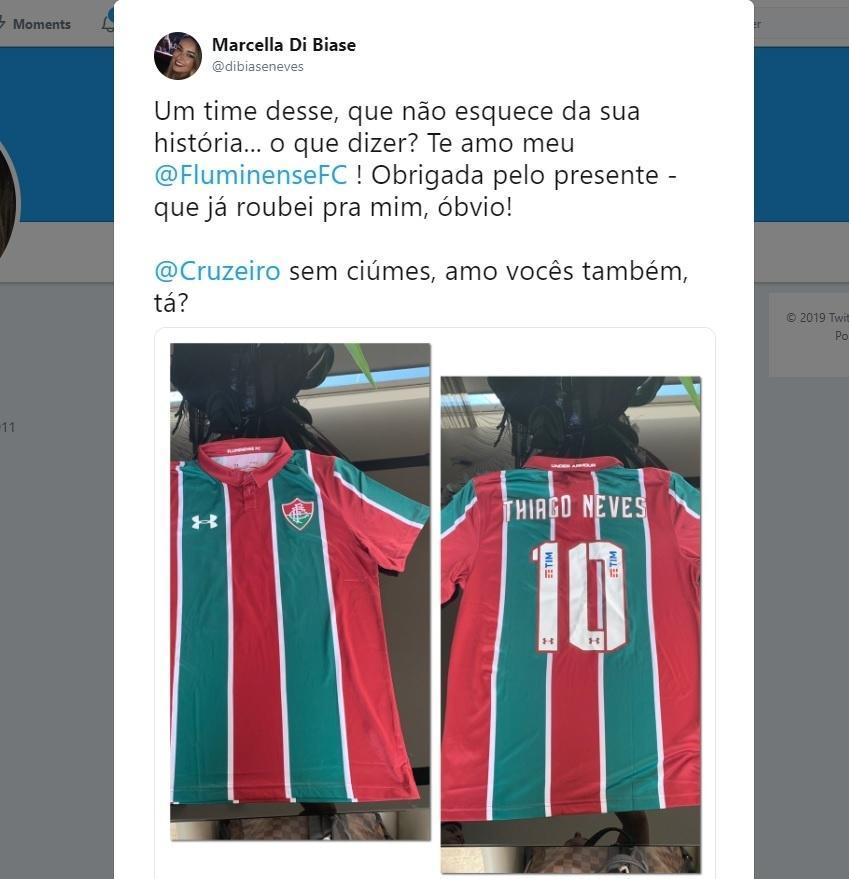 Mulher de Thiago Neves mostra camisa enviada pelo Fluminense