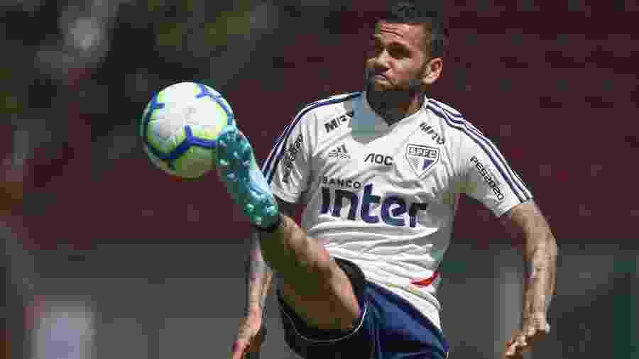 Daniel Alves domina bola durante treino do São Paulo - Marcello Zambrana/AGIF