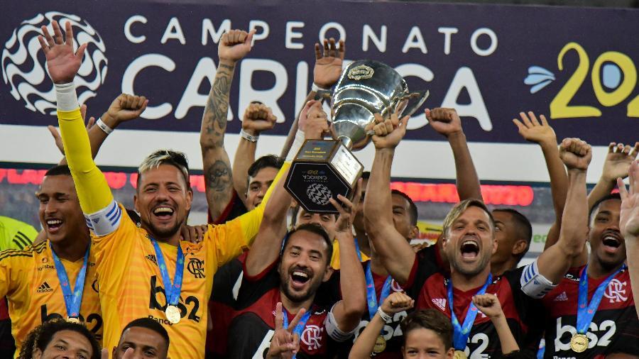 Flamengo: Everton Ribeiro, Diego Alves e Diego levantam o troféu de campeão da Taça Guanabara - Thiago Ribeiro/Agif