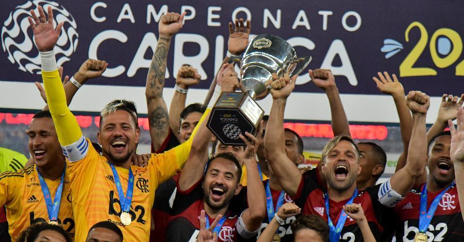 Flamengo: Everton Ribeiro, Diego Alves e Diego levantam o troféu de campeão da Taça Guanabara