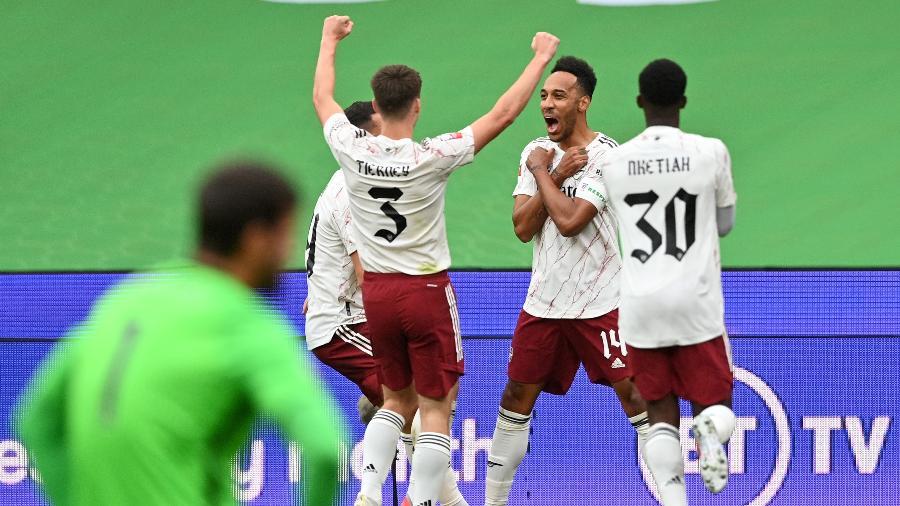 Aubameyang comemora gol do Arsenal contra o Liverpool com homenagem a Chadwick Boseman - Justin Tallis/ pool via Getty Images