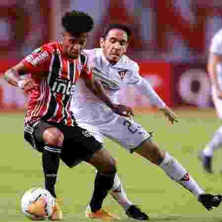 Tchê Tchê disputa bola com Paul Zunino durante LDU x São Paulo pela Copa Libertadores - José Jácome-Pool/Getty Images