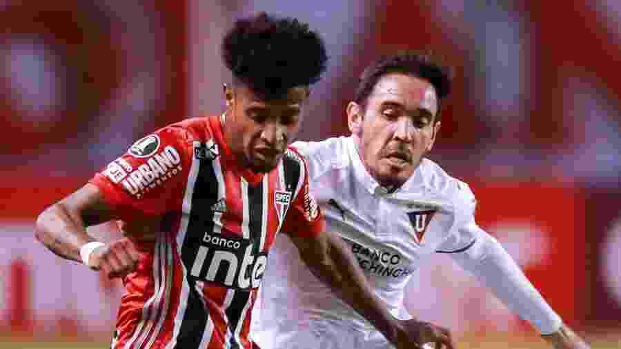 Tchê Tchê disputa bola com Paul Zunino durante a derrota do São Paulo por 4 a 2 para a LDU, em Quito - José Jácome-Pool/Getty Images
