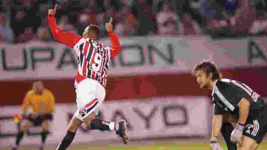 Amoroso marcou um dos gols da vitória do São Paulo sobre o River Plate na Argentina em 2005 - Reprodução/SPFC