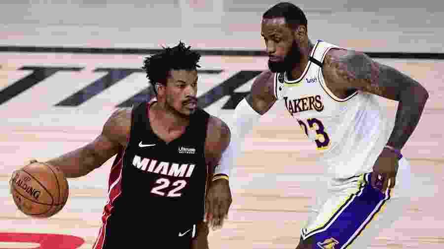 Jimmy Butler, do Miami Heat, ataca a marcação de LeBron James, do Cleveland Cavaliers - Douglas P. DeFelice/Getty Images North America/AFP