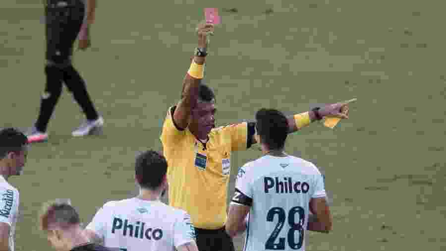 Lucas Veríssimo é expulso durante a partida entre Santos e Ceará - Ettore Chiereguini/AGIF
