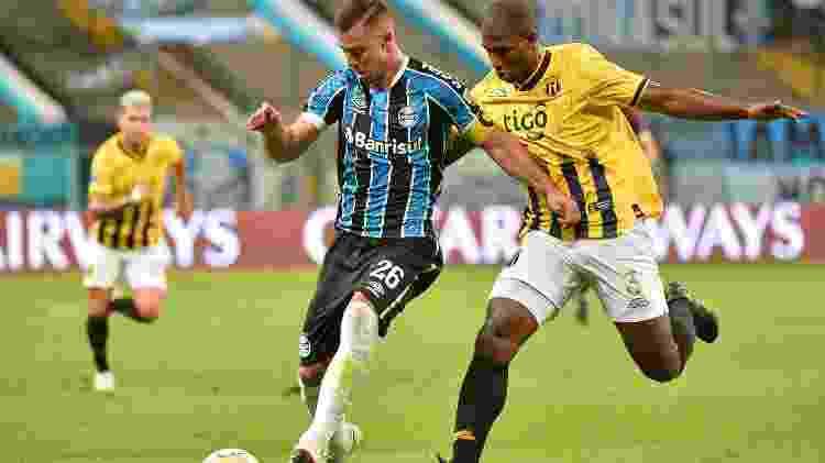Diego Churin tenta se livrar da marcação durante Grêmio x Guaraní (PAR) em jogo da Libertadores - Silvio Avila - Pool/Getty Images - Silvio Avila - Pool/Getty Images