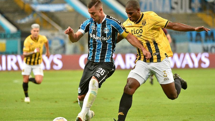 Diego Churin tenta comanda o ataque do Grêmio contra o Santa Cruz-RS - Silvio Avila - Pool/Getty Images