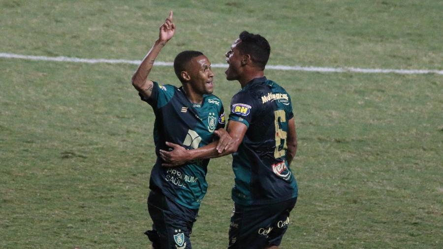 Ademir (à esq.) comemora gol marcado pelo América-MG contra o Avaí, em jogo da Série B 2020 - Fernando Moreno/AGIF