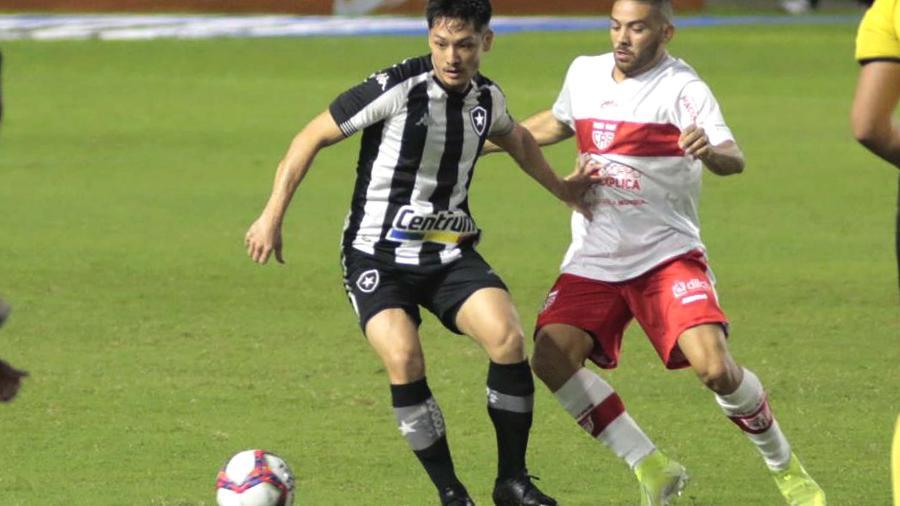 Disputa de bola entre Luís Oyama e Marthã durante jogo nesta terça (6) entre Botafogo e CRB - THALITA CHARGEL/ESTADÃO CONTEÚDO