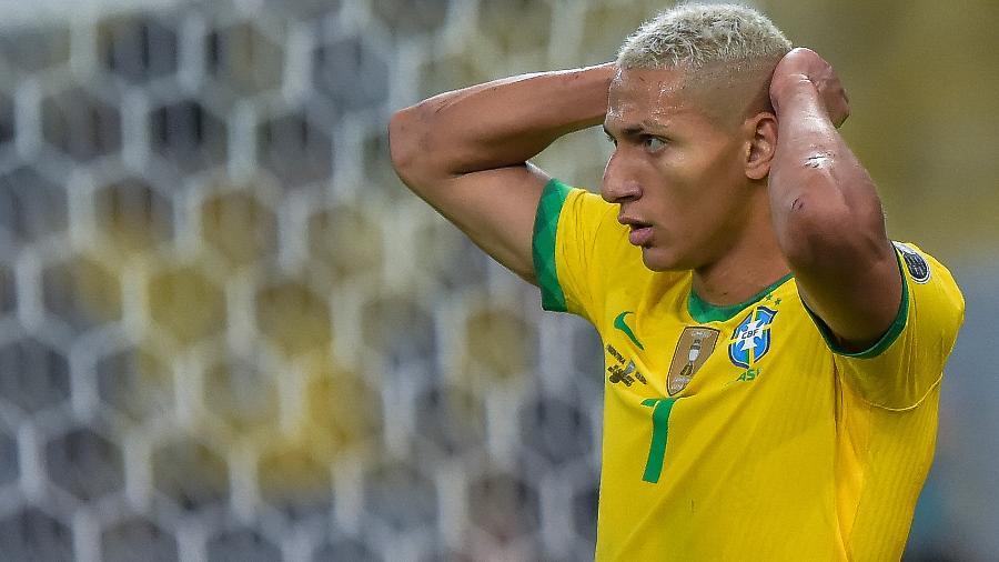 Richarlison lamenta após ter gol anulado por impedimento na final da Copa América entre Brasil e Argentina, no Maracanã - Thiago Ribeiro/Thiago Ribeiro/AGIF