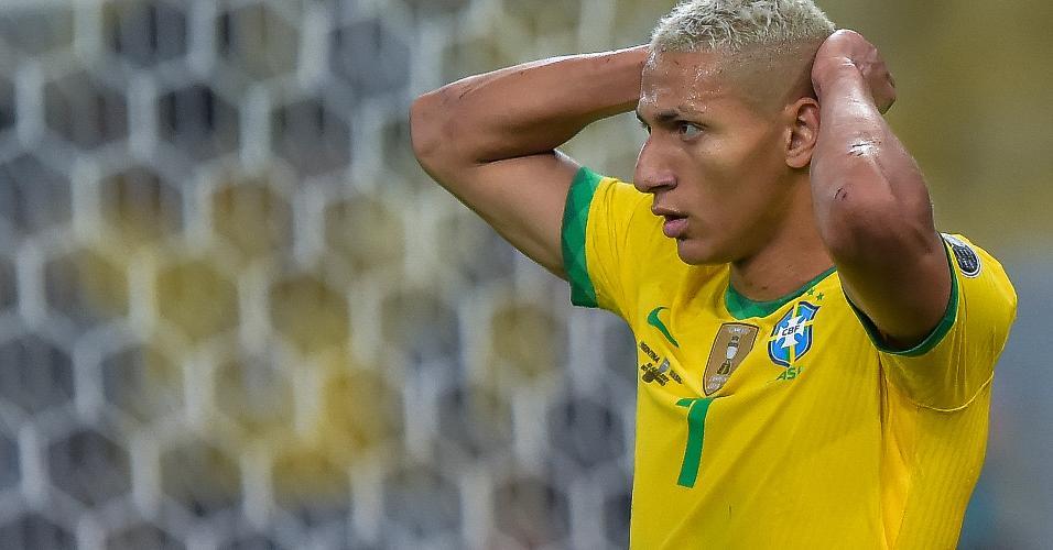 Richarlison lamenta após ter gol anulado por impedimento na final da Copa América entre Brasil e Argentina, no Maracanã