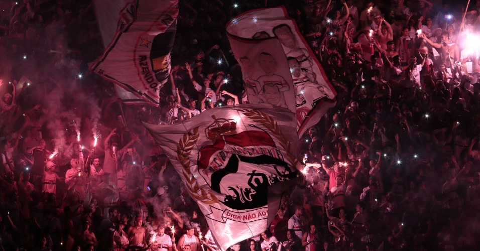 Com bandeiras e sinalizadores, proibidos em jogos oficiais, torcida fez festa bonita na despedida de Rogério ceni