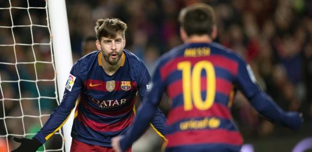 Zagueiro do Barcelona e da Espanha, Piqué (de frente) ficou fora da lista dos 30