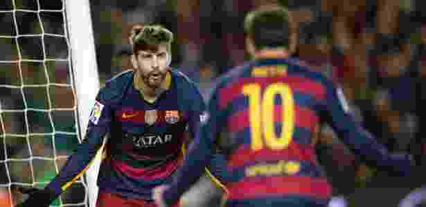 Zagueiro do Barcelona e da Espanha, Piqué (de frente) ficou fora da lista dos 30  - Alejandro García/EFE